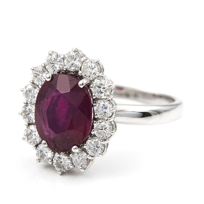 White gold 18 kt/750 - Cocktail ring with 14 brilliant cut diamonds of 2 ct in total and 1 Ruby of 4 ct - Cocktail ring size 20 (SP)