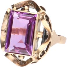 14 kt - Yellow gold tooled ring set with a synthetic amethyst - ring size: 17.25 mm