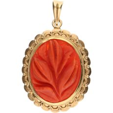 14 kt - Yellow gold pendant set with carved precious coral - Length x width: 4.3 x 2.7 cm