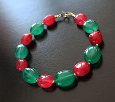 Bracelet of emeralds and polished rubies with 14 kt gold clasp - 20.3 cm.