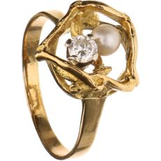 14 kt - Yellow gold ring with decoration, set with cultured pearl and brilliant cut diamond of approx. 0.20 ct in total - Ring size: 19.25 mm
