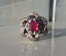 Ring with twisted design in 18 kt white gold, ruby and diamonds