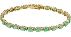 14 kt - Yellow gold tennis bracelet set with 24 oval cut emeralds, 48 brilliant cut diamonds of approx. 0.72 ct in total and a box clasp with figure-eight safety catch - Length: 19.5 cm