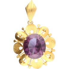 14 kt - Yellow gold tooled pendant set with an amethyst - Length x width: 4.3 x 2.5 cm