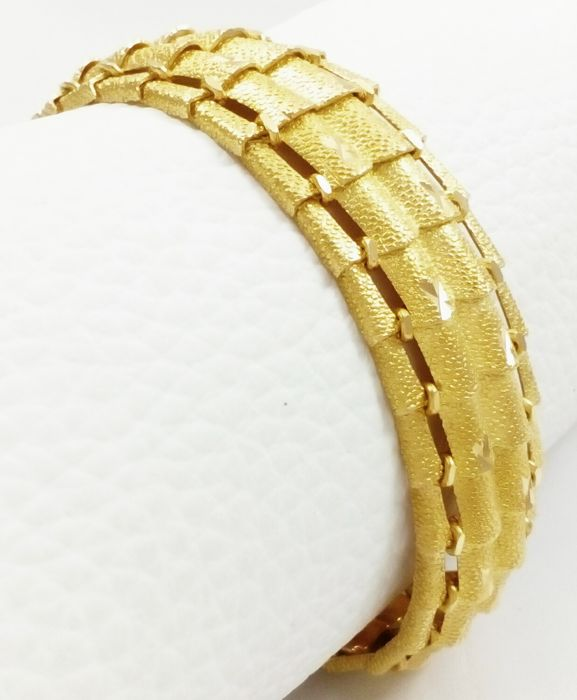 Solid 18 kt (.750) gold - Semi rigid bracelet in matte/shiny finish Weight: 37.55 g