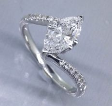 Diamond ring with marquise cut diamonds of 0.85 ct & 14 diamonds - total of 1.00 ct
