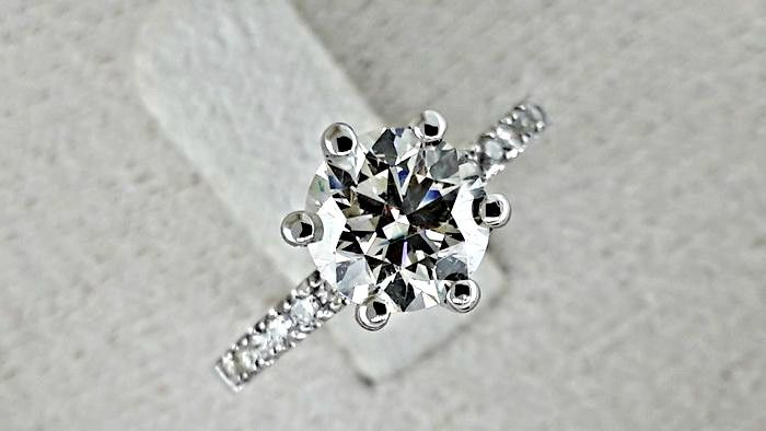 1.07  ct VS2 round diamond ring made of 14 kt gold - size 6