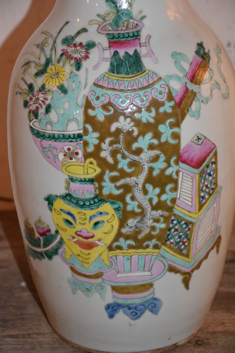 Famille rose vase with a precious items decor china for Decor traduction