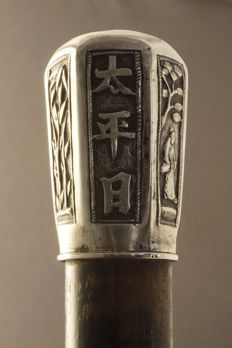 Walking stick with silver knob, decorated with characters and decor of figure and landscape - China - 19th century