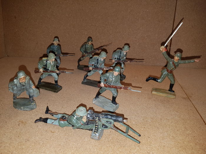 Lineol, Elastolin, etc. 9 attacking Wehrmacht soldiers including officer with sable and lying machinegun.