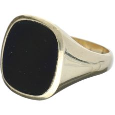 14 kt. Yellow gold signet ring set with onyx – ring size: 19.75 mm