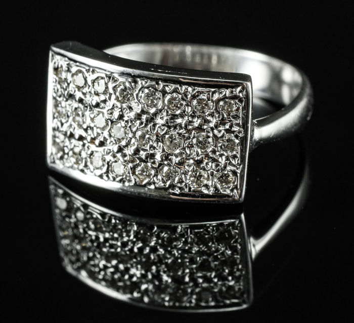 18 kt white gold ring with diamonds.   no reserve price