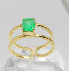 18 kt yellow gold ring with Colombian emerald - No reserve
