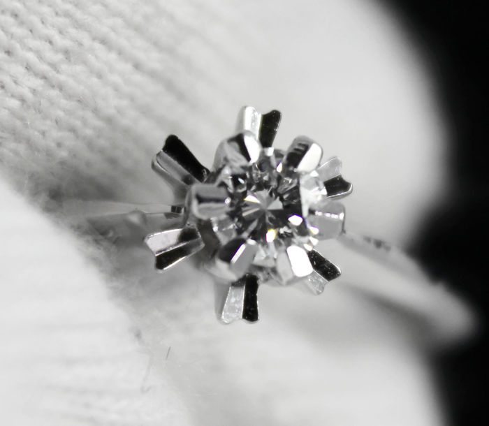 "18k white gold engagement ""solitaire"" ring, set with a central sparkling brilliant cut diamond 0.21ct"