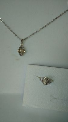 14 kt white and yellow gold set, ring and necklace with 22 diamonds pprox. 0,15ct - Ring Size: 51-52 - necklace length 48 cm