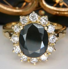 4.30ct total exquisite 18Kt. gold quality ring with a natural Sapphire and 12 Brilliant cut natural Diamonds (E/VVS1) in an excellent condition