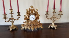 'Parigina' table clock, France, 1800, with two candelabras