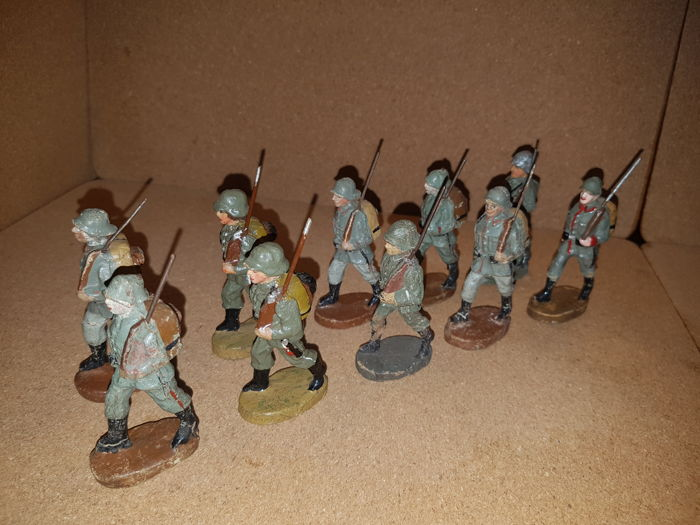 Lineol, Elastolin, etc. 10 marching Wehrmacht soldiers with outings on the back.