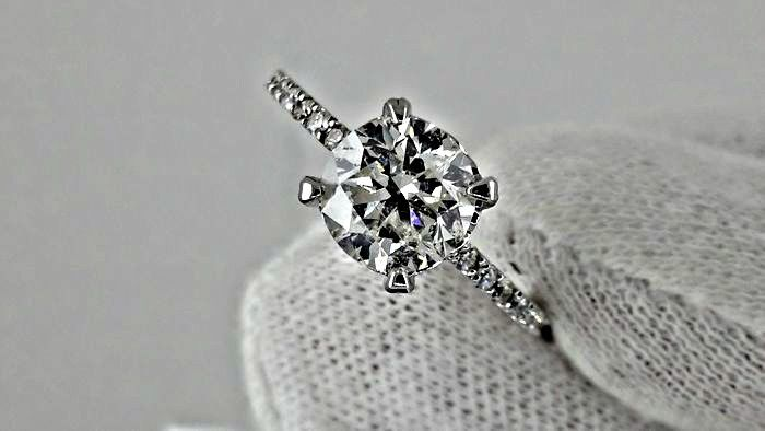 1.85 ct D/VS2 round diamond ring in 14 kt white gold - size 7