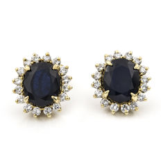 Earrings in 750/1000 (18 kt) yellow gold with diamonds of 1.70 ct and central sapphire of 6 ct. - Height 16.60 mm x width 15.25 mm x thickness 8 mm (approx.)