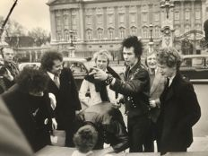 Graham Wood/London Evening Standard/Getty Images - The Sex Pistols, 'Pistols contract', London,  1977