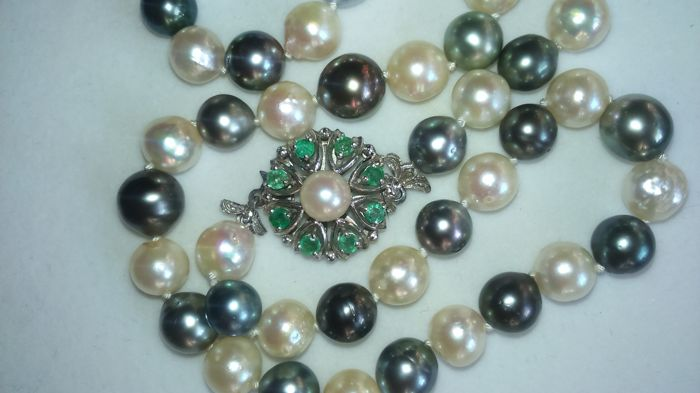 Tahitian and Akoya cultivated pearl necklace with a 585 white gold clasp with 8 emeralds.