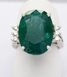 Luxurious 21kt Ring with large Emerald & Diamonds(9.39 ct)  **NO Reserve Price**