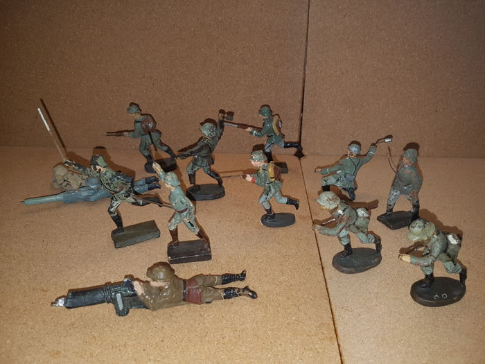 Lineol, Elastolin, etc. 13 composite attacking soldiers from Germany 1930. Including lying machineguns.