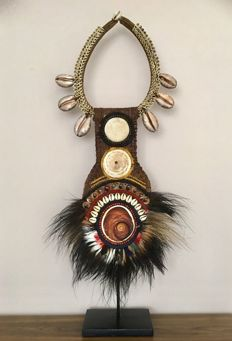 Magnificent necklace ,shells natural Fiber and Feathers -Latmul- Papua