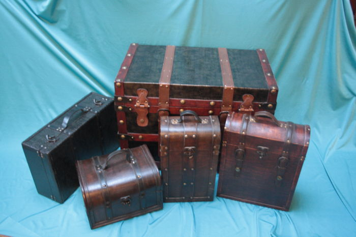 5 Wooden wine cases in Colonial style with leather straps for 2, 3 and more bottles
