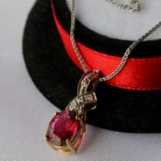 Vintage 9Kt. gold pendant set with wine-pink Rubellite (approx 1.45ct) surrounded by small diamonds on a fine 9Kt. white gold chain. Beautiful state.