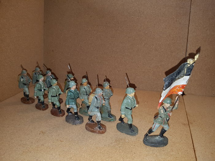 Lineol, Elastolin, etc. 12 marching soldiers including a flag bearer. Germany 1930.