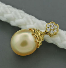 Brilliant pendant with a gold cultivated pearl from the South Sea 13.8 mm, 750 yellow gold