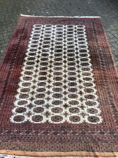 Magnificent hand-knotted Bukhara carpet, 182 x 274