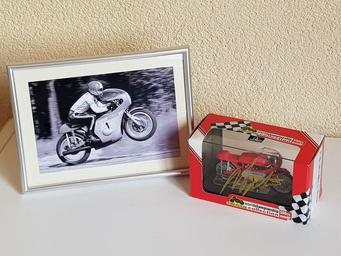 Giacomo Agostini - 15x worldchampion Motorracing - hand signed MV AGUSTA 3 cil 500 CC  1:22 miniature + COA