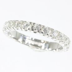 White gold estate eternity band or a so-called alliance ring set with brilliants - ca. 1950