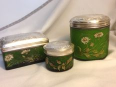 Emile Gallé (1846 - 1904) - 3 rare containers made of engraved green glass with chiselled silver lids Malezieux gallant scenes