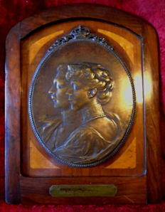 Large bronze plaque Albert and Elisabeth of Belgium (1916) by Alphonse Mauquoy (1880-1954), signed
