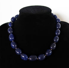 Necklace of large polished sapphires - 14 kt gold clasp - 650 ct - 49.6 cm