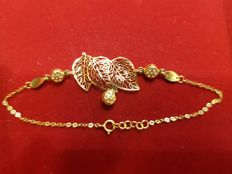 21 kt yellow gold bracelet with an openwork leaf pattern.  17 to 18.5 cm length