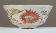 High bowl with polychrome floral decor - China - late Ming dynasty, 17th century