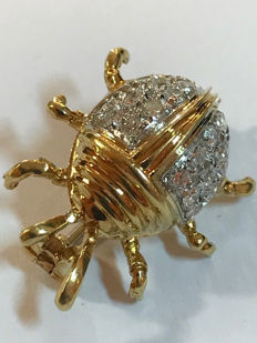 Brooch shaped like a lady bug in 18 kt white and yellow gold with diamonds for approx. 0.36 ct