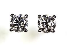 18 kt white gold ear studs with a total of 0.61 ct of diamonds