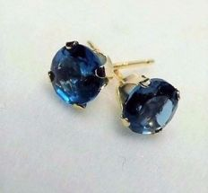 14 kt earrings with 1.5 ct Swiss blue topazes, diameter: approx. 0.6 cm.