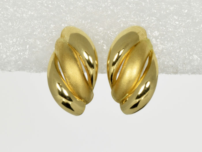 Gold, 18 kt. Earrings. Measurements 15 x 9 mm