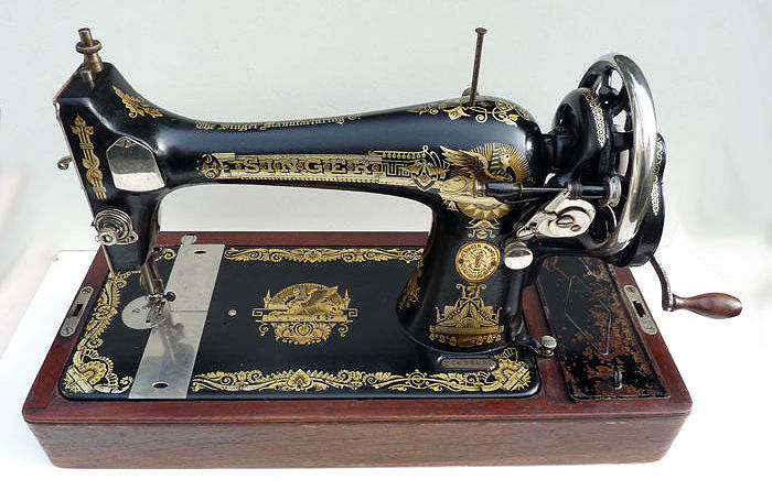 Beautiful antique Singer sewing machine - made in 1927.