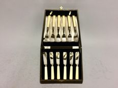 Silver plated fish cutlery for 6 people in original case, England, ca. 1910
