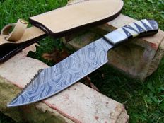 Damascus Steel Handmade Hunting Knife -Full Tang Damascus Hunting Knife - 33.3 CM Hunter -  Beautiful True Damascus Layer - Hand Stitched Leather Sheath