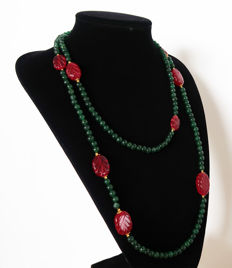 Long necklace composed of polished emeralds and engraved rubies - Clasp in 14 kt gold - 585 ct - 132 cm.