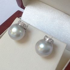 White gold 18 kt (750/1000) stud earrings with 9 m cultured pearls and 12 octagon cut diamonds, 0.10 ct W/VS